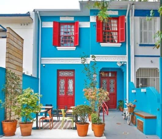 fachada de casa com porta de madeira vermelha