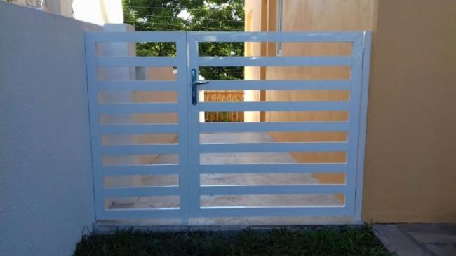 portao lateral de grade simples e pequeno