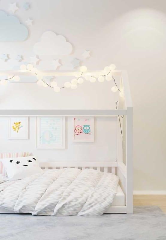 quarto de crianca com cama casinha e parede off white