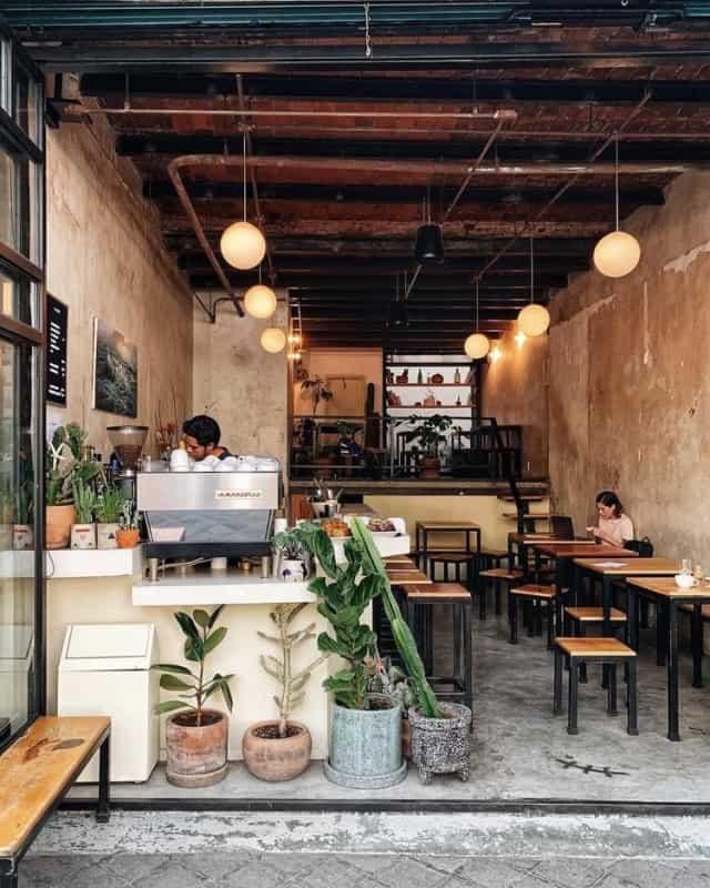 cafeteria gourmet pequena com decoracao industrial