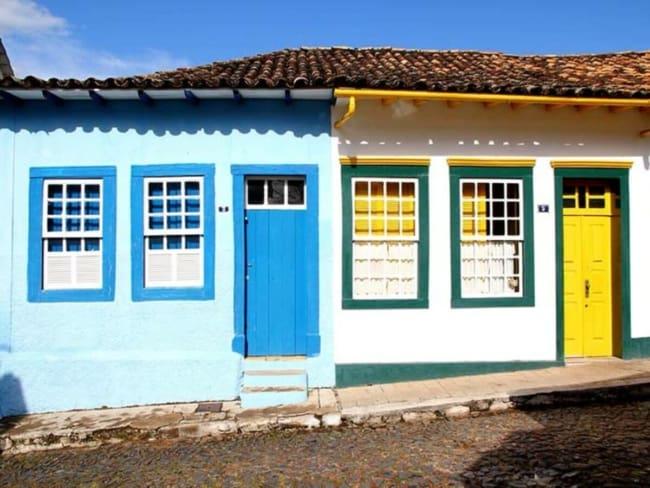 casa colonial com porta de madeira colorida