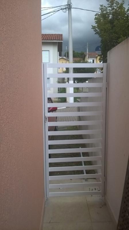 casa com portao lateral de grade