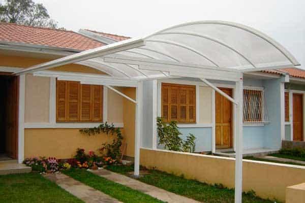 fachada de casa com toldo transparente para garagem