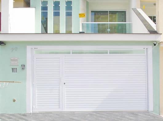 casa com portao social fechado embutido em portao de garagem