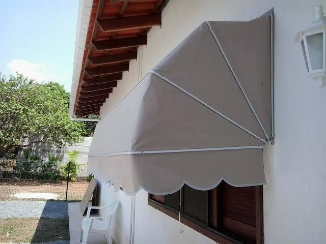janela com toldo capota retratil