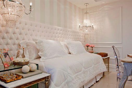 quarto feminino com papel de parede off white