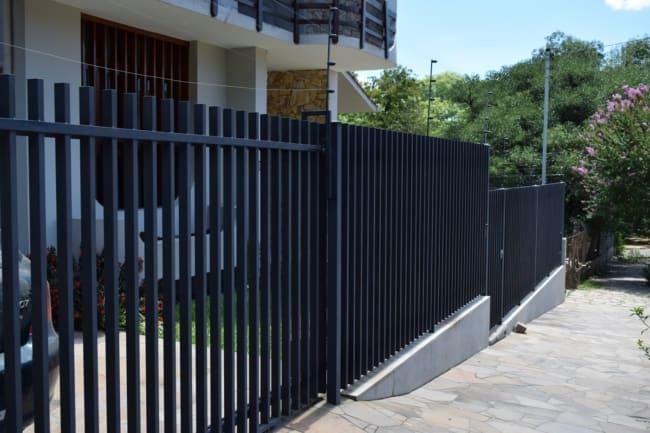 casa com portao grade preto