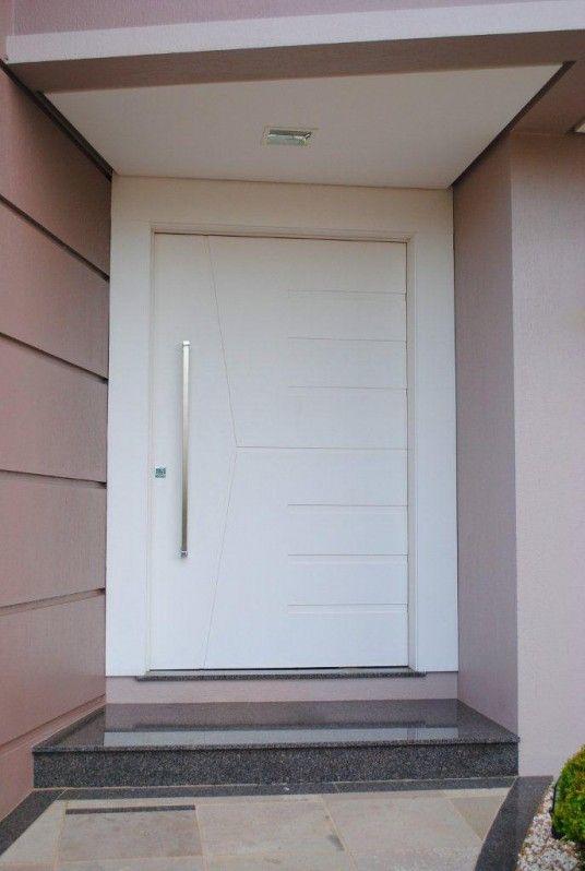 fachada de casa com porta de entrada em madeira branca