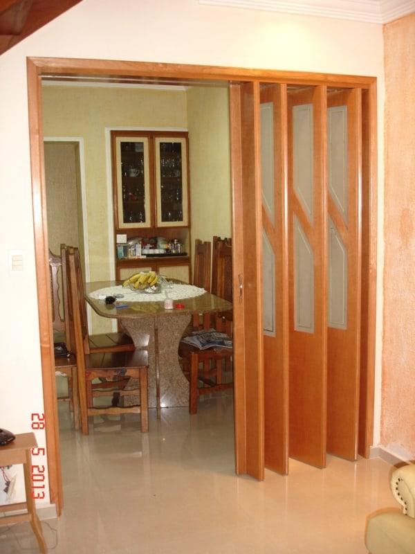 porta de madeira grande sanfonada e com vidro