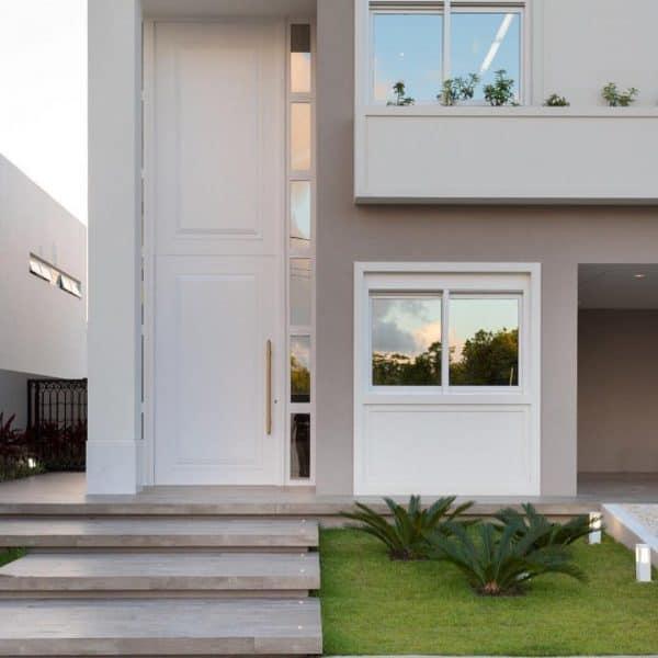 casa moderna com porta de madeira branca