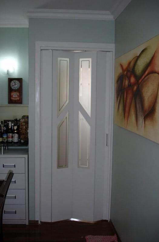 porta sanfonada de madeira branca com vidro
