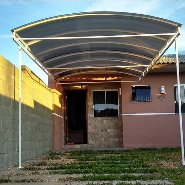 casa simples com cobertura de policarbonato para carro