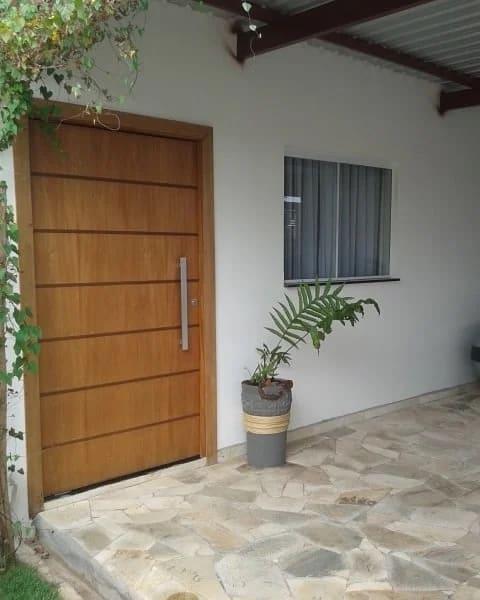 casa simples com porta de entrada em madeira