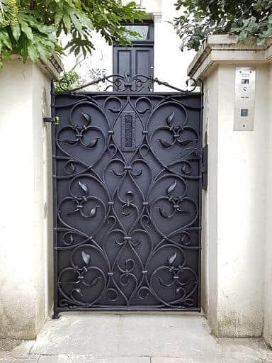 fachada de casa com portao social de ferro em estilo classico