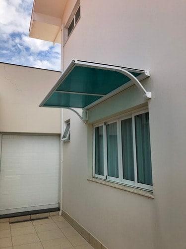 janela com toldo de policarbonato verde
