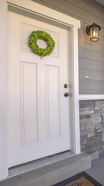 porta de entrada em madeira pintada de branco