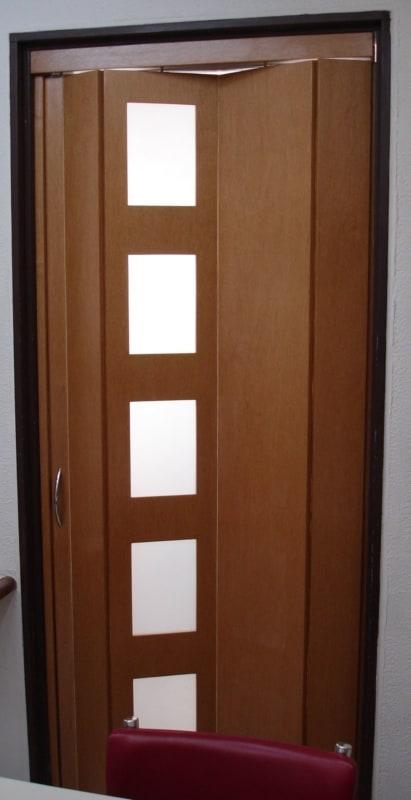 porta sanfonada de madeira com quadradinhos de vidro