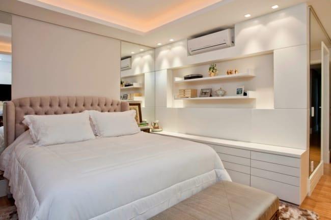 quarto de casal com parede off white e cabeceira rosa