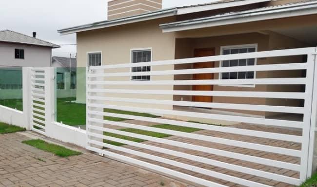 casa com portao de garagem branco de grade