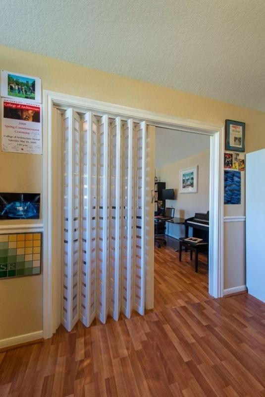 porta sanfonada de madeira branca para divisao de ambientes