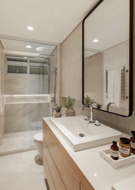 banheiro com revestimentos em off white