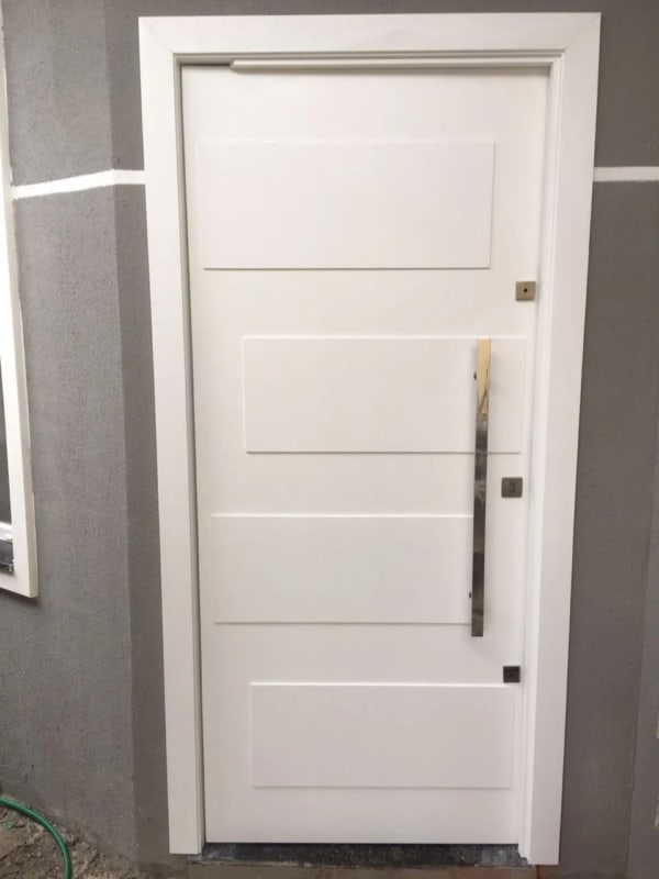 casa com porta de entrada branca