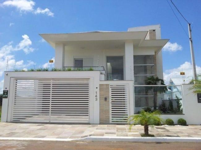 casa moderna com portao de grade branco