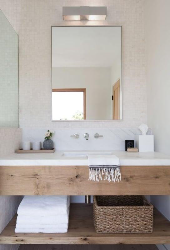 banheiro off white com detalhes em madeira