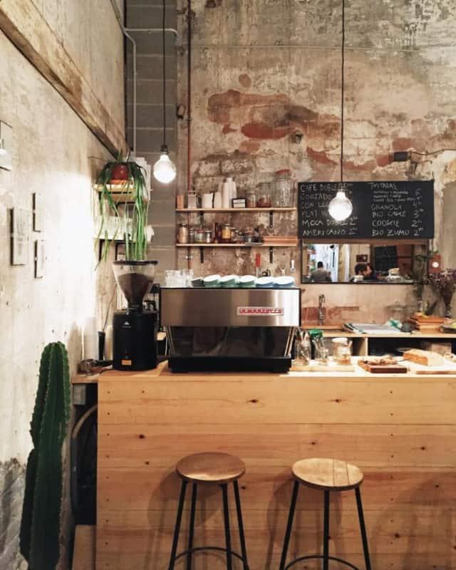 cafeteria gourmet com estilo rustico e balcao de madeira
