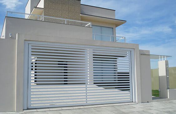 casa com portao de garagem em grade branca