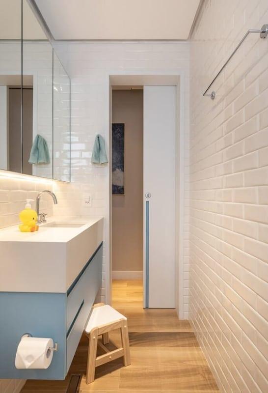 banheiro com azulejo metro off white