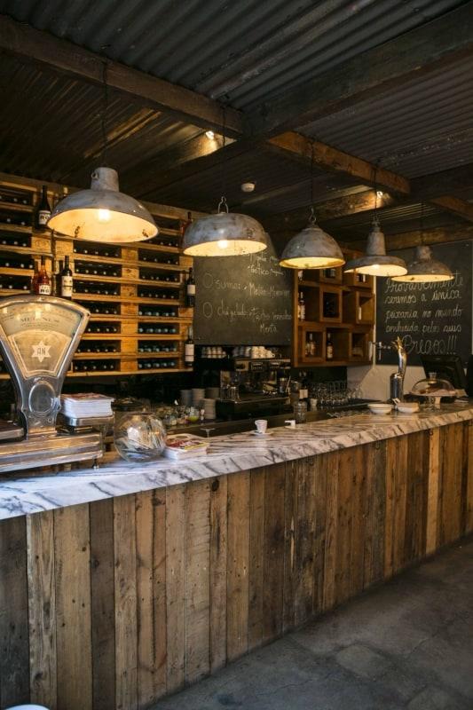 cafeteria rustica com balcao de madeira e pallets