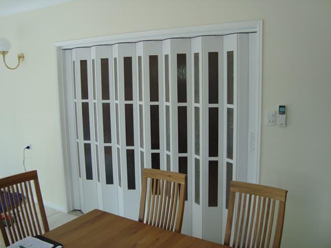 porta sanfonada de madeira branca com vidros