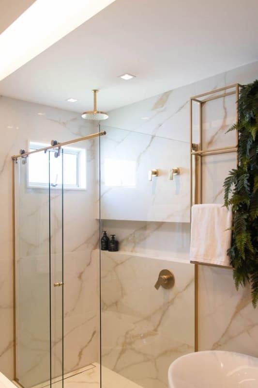 banheiro off white com detalhes dourados