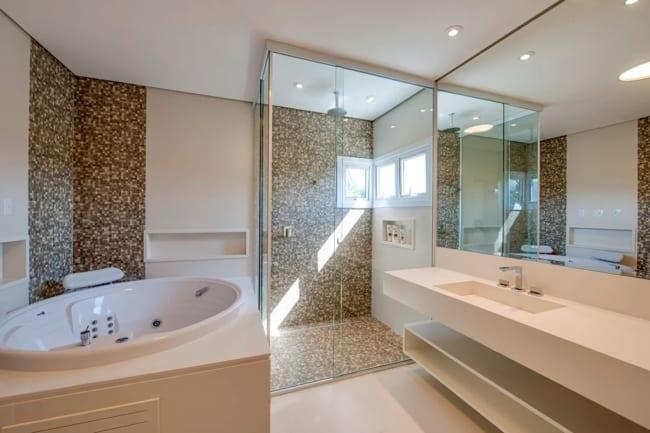 banheiro com banheira e bancada off white