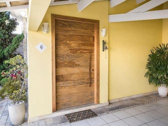 entrada de casa com porta de madeira rustica