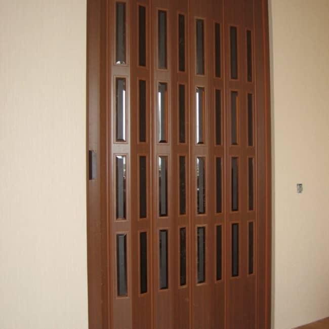 modelo de porta sanfonada de madeira com vidrinhos