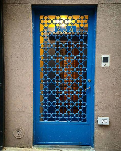 casa com portao social de ferro azul