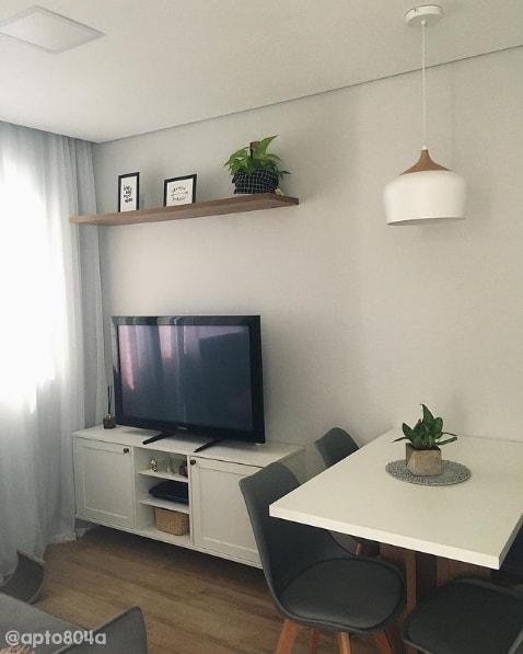 sala de tv pequena com parede calopsita suvinil