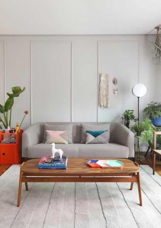sala decorada em off white com plantas
