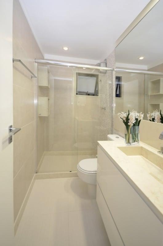 banheiro pequeno com revestimentos e bancada off white
