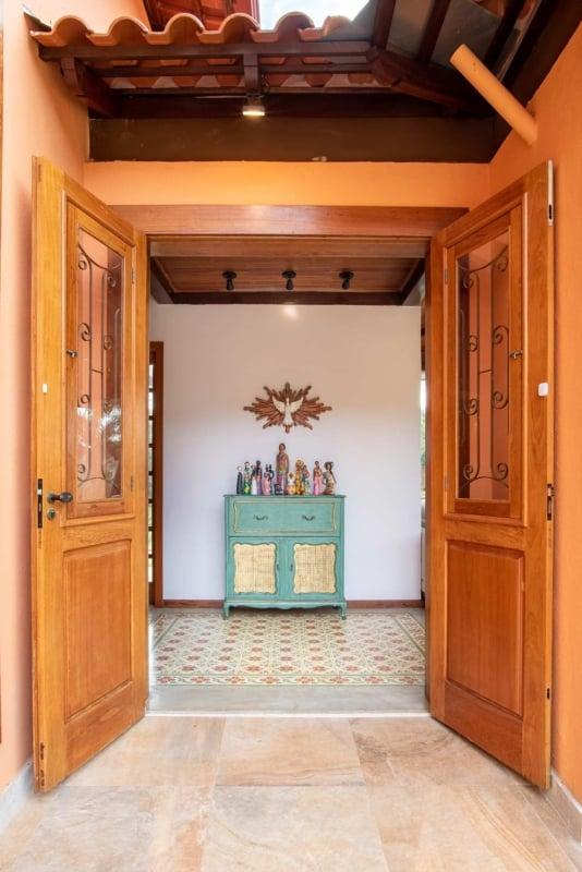 porta de entrada em madeira macica e com 2 folhas