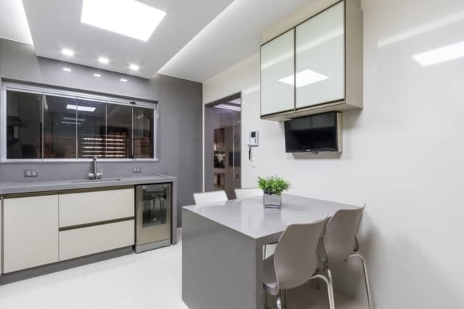 cozinha planejada com armarios em off white