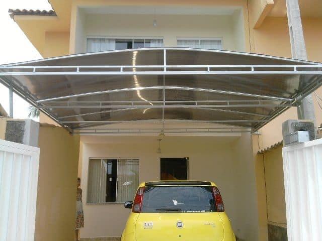 casa com toldo de policarbonato para carro
