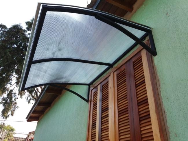 janela com toldo de policarbonato incolor
