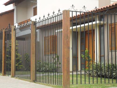fachada de casa com portao de grade vertical em ferro