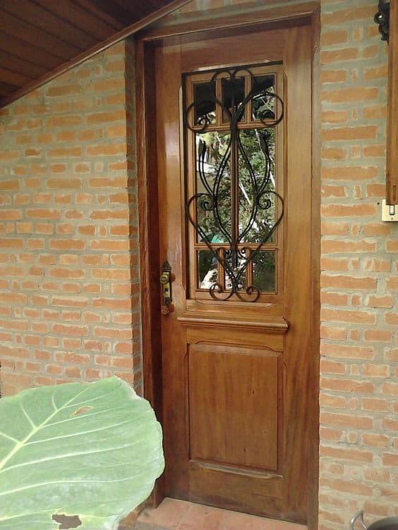 porta de entrada com porta de madeira e vidro