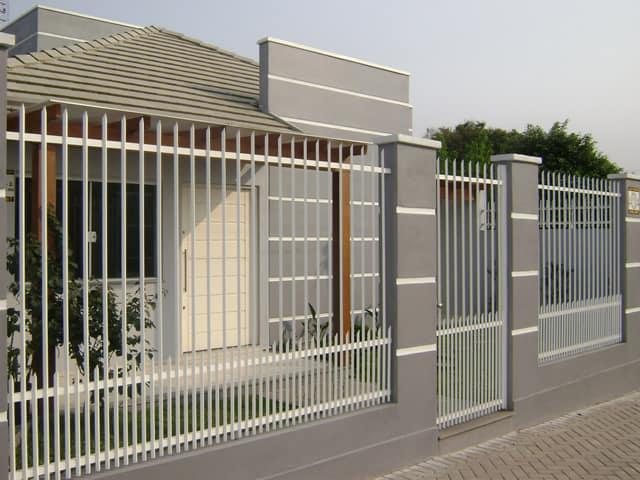 casa terrea com portao social de grade vertical