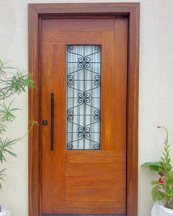 porta de entrada em madeira com detalhe em vidro