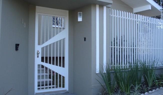 casa com portao social branco de aluminio